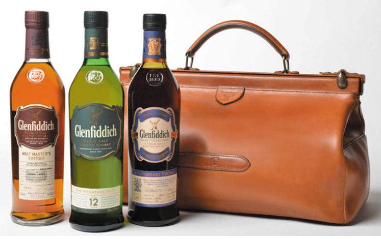 Glenfiddich propose la réédition du sac que Charles Gordon, neveu du fondateur de la marque, utilisa en 1909 pour aller vendre son whisky jusqu'en Australie. Ce sac comprend 3 bouteilles (70cl) de whisky, dont le grand classique Glenfiddich (12 ans d'âge), qui distille des arômes frais et fruités, notamment de poire. Ce coffret exceptionnel est proposé à 7 000€ en exclusivité au Lafayette Gourmet.   Lafayette Gourmet - 40 Boulevard Haussmann, 75009 Paris  *L'abus d'alcool est dangereux pour la santé, à consommer avec modération.